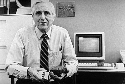 Douglas C. Engelbart mit der ersten Computermaus